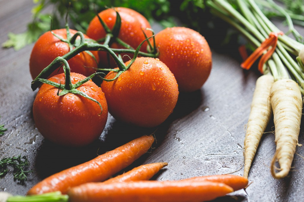 wet-tomatoes-carrots-and-parsley-picjumbo-com